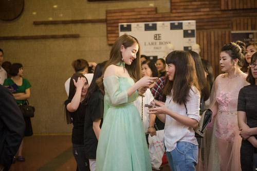 Nhã Phương tặng giải Cánh diều vàng cho Trường Giang - 10