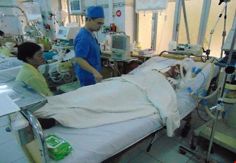 Hơn 1 tháng sau vụ nổ Văn Phú, nữ nạn nhân vẫn hôn mê sâu - 1