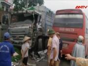 Video An ninh - Xe khách chạy ẩu tông bẹp đầu xe tải, 6 người nhập viện