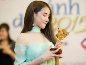 Nhã Phương tặng giải Cánh diều vàng cho Trường Giang