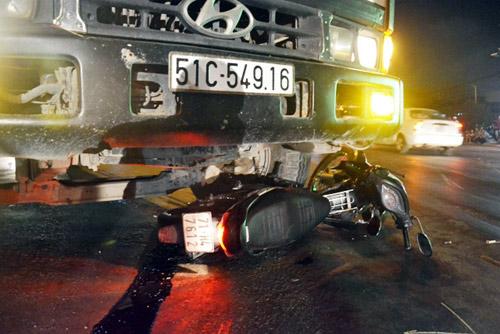 Vượt đèn đỏ gây tai nạn chết người, tài xế bị đánh nhừ tử - 1