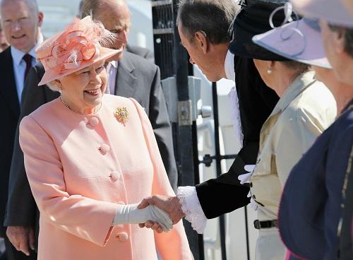 Nữ hoàng Anh thích diện 7 sắc cầu vồng - 6