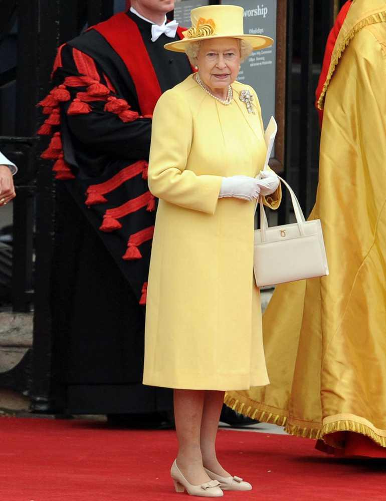 Nữ hoàng Anh thích diện 7 sắc cầu vồng - 7