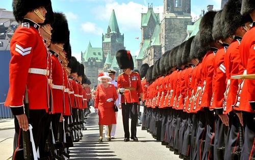 Nữ hoàng Anh thích diện 7 sắc cầu vồng - 10