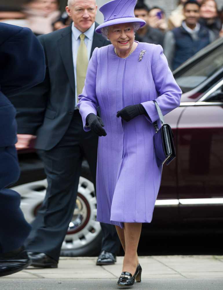 Nữ hoàng Anh thích diện 7 sắc cầu vồng - 15