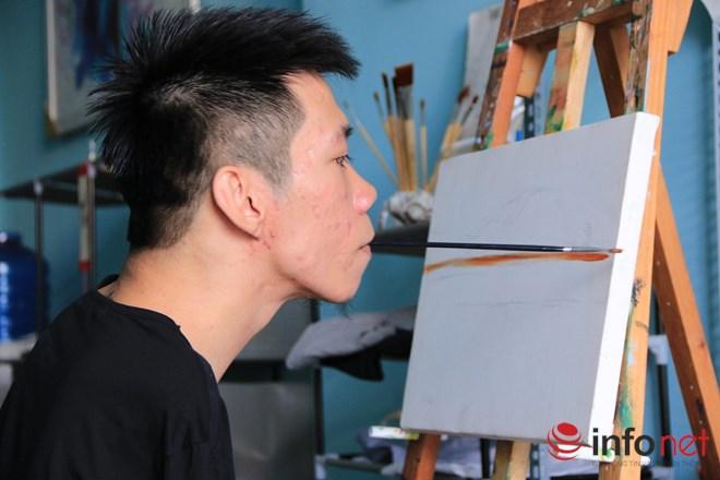 Nghị lực 9x dị tật có biệt tài vẽ tranh bằng miệng - 1