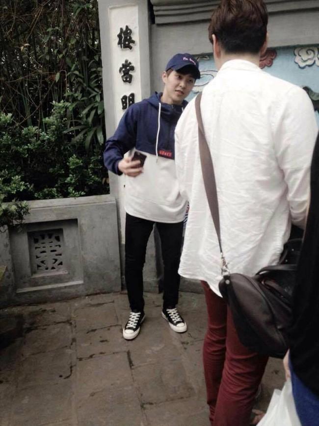 Sao Hàn thăm Hà Nội bị fan rình rập đến hoảng loạn - 1