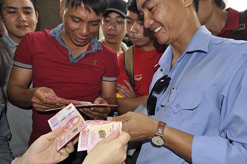 Vượt gần 300km lên TP.HCM mua tiền lưu niệm 100 đồng - 1