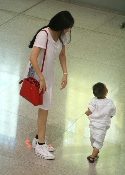 Vy Oanh lần đầu đưa con trai về Việt Nam - 2