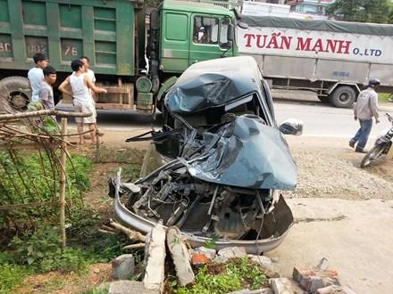 Xe con biến dạng kỳ dị sau cú đấu đầu xe tải - 1