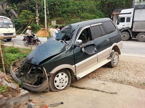 Xe con biến dạng kỳ dị sau cú đấu đầu xe tải - 2