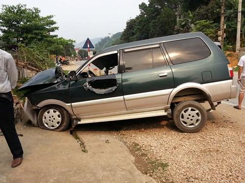 Xe con biến dạng kỳ dị sau cú đấu đầu xe tải - 4