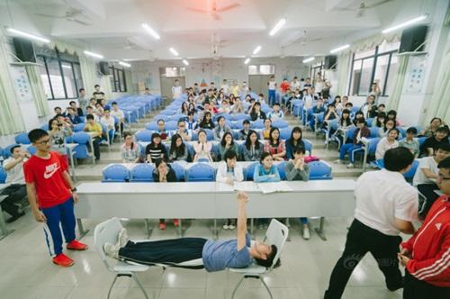 Trò chơi độc lạ giúp học sinh giảm nỗi lo thi đại học - 3