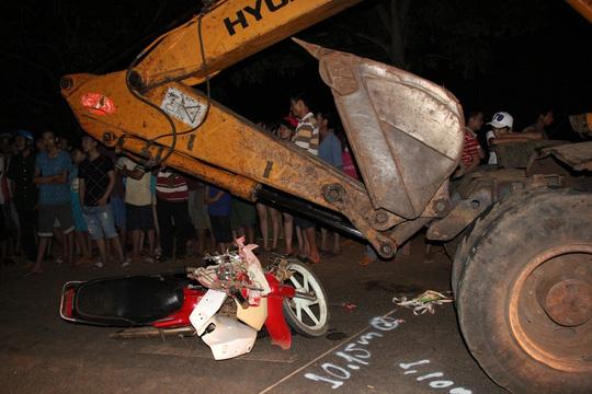 Trốn chạy CSGT, thanh niên đâm đầu vào xe ủi đất - 1
