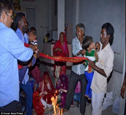 """Ấn Độ: Sốc với đám cưới """"cô dâu"""" 5 tuổi, """"chú rể"""" 11 tuổi - 3"""