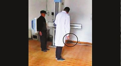 Sốc: Bác sĩ vừa hút thuốc vừa kiểm tra sức khỏe bệnh nhân - 1