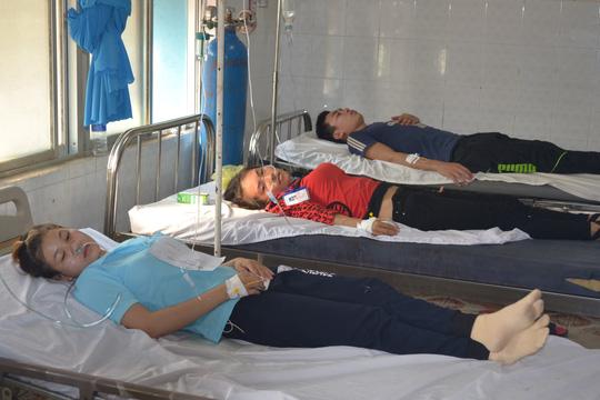 Sau bữa ăn trưa, 182 công nhân phải vào bệnh viện - 1