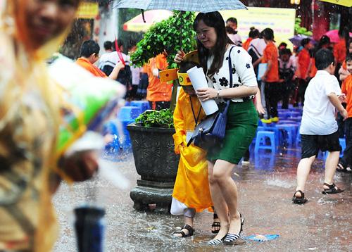 Sĩ tử nhí lều chõng đội mưa đi thi Trạng nguyên - 9