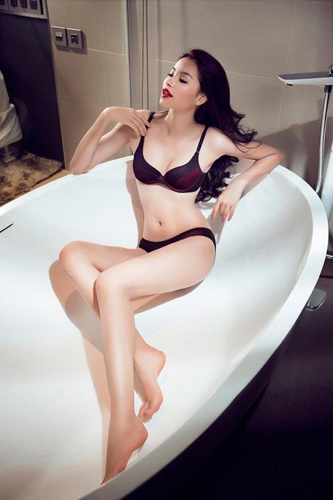 Hoa hậu Phạm Hương cũng là một trong số những mỹ nhân từng khoe dáng với đồ lót gợi cảm trong bồn tắm