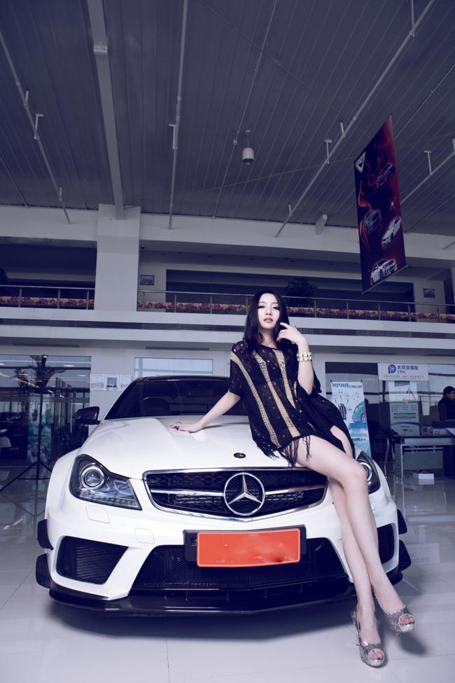 Người đẹp tạo dáng bên chiếc Mercedes-Benz C63 AMG.