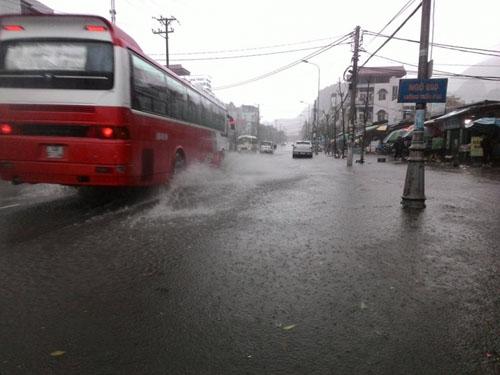 Nhiều tuyến phố ở Quảng Ninh chìm trong biển nước - 1