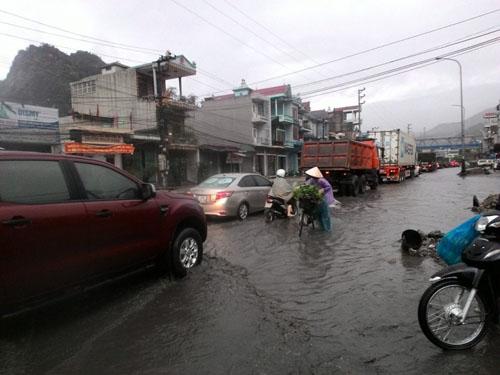 Nhiều tuyến phố ở Quảng Ninh chìm trong biển nước - 2