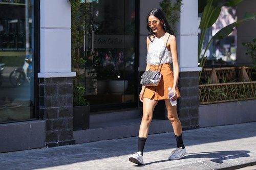 """Hoàng Thùy cá tính với """"giày bẩn"""", đeo túi trăm triệu - 3"""