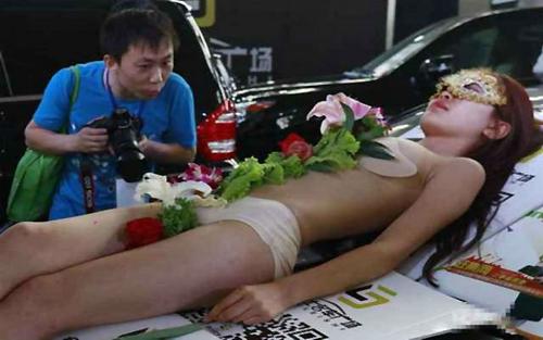 Biến tướng dung tục của nghề mẫu nude trên bàn tiệc - 2