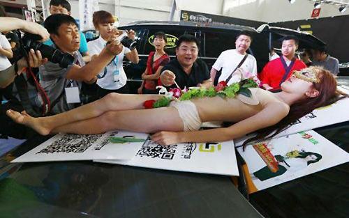 Biến tướng dung tục của nghề mẫu nude trên bàn tiệc - 4