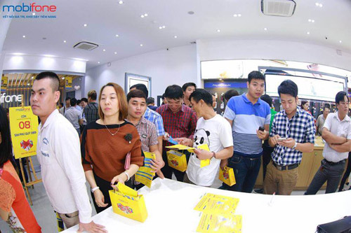 Xếp hàng dài tham gia chương trình nhận iPhone 6s giá 0 đồng - 1
