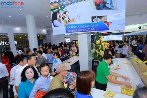 Xếp hàng dài tham gia chương trình nhận iPhone 6s giá 0 đồng - 2