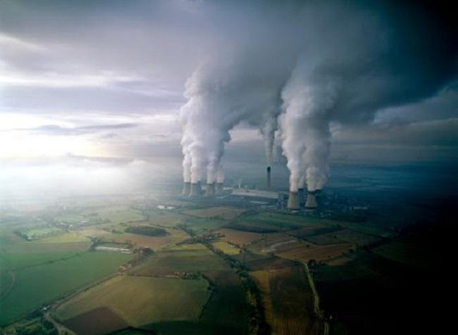 Một nhà máy điện bốc khói nghi ngút ở Anh