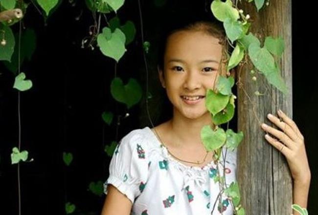 Angela Phương Trinh nổi tiếng từ khi còn rất nhỏ nhờ hàng loạt vai trong những bộ phim truyền hình có lượng rating rất cao như Kính vạn hoa, Người mẹ nhí, Mùi ngò gai...