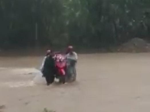 Thót tim hàng chục giáo viên khiêng xe máy vượt lũ đến trường - 1
