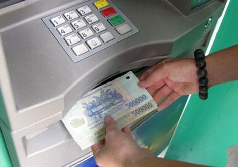 """Phải làm gì khi tiền trong thẻ ATM tự """"bốc hơi""""? - 1"""