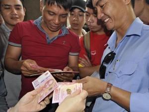 Tin tức trong ngày - Vượt gần 300km lên TP.HCM mua tiền lưu niệm 100 đồng