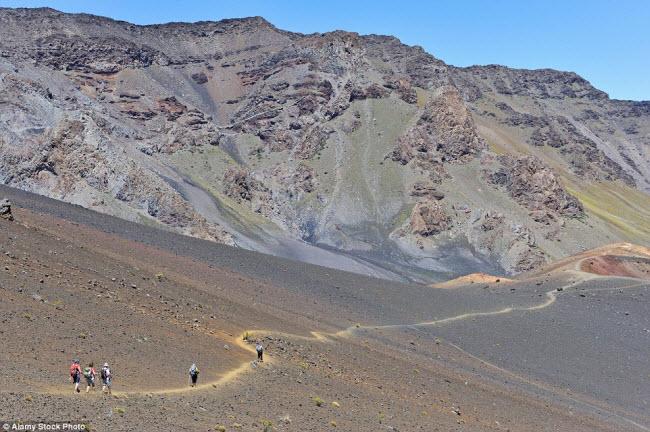 Ngoài bãi biển đẹp, những du khách ưa mạo kiểm có thể khám phá những núi lửa trong vườn quốc gia Haleakala trên đảo Maui.