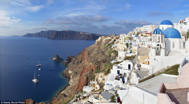 Hòn đảo Santorini ở Hi Lạp nổi tiếng với bờ biển gồ ghề và những ngôi nhà màu trắng xanh bắt mắt.