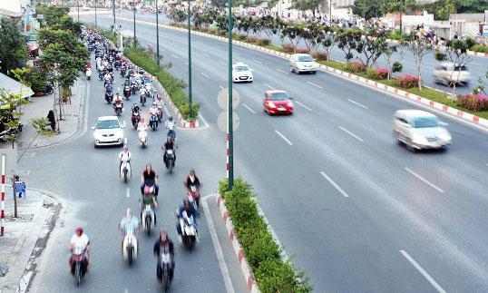 Xe máy được đi vào làn ô tô trên đại lộ đẹp nhất Sài Gòn - 1