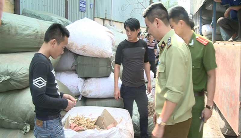 HN: Bắt giữ xe tải chở 6 tấn thuốc bắc nhập lậu từ TQ - 1