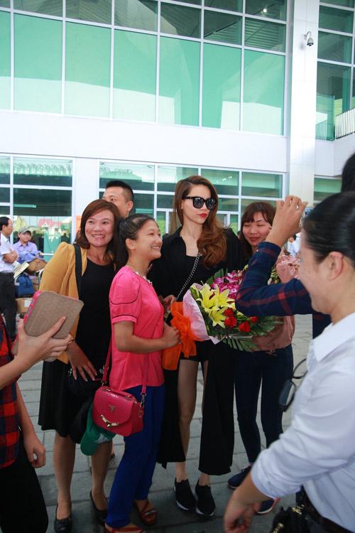 Hồ Ngọc Hà được fan chào đón ở sân bay Vinh - 1