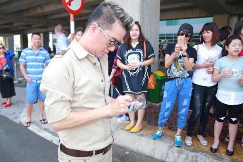 Hồ Ngọc Hà được fan chào đón ở sân bay Vinh - 6