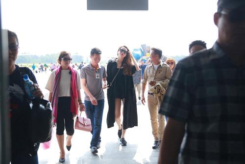 Hồ Ngọc Hà được fan chào đón ở sân bay Vinh - 2
