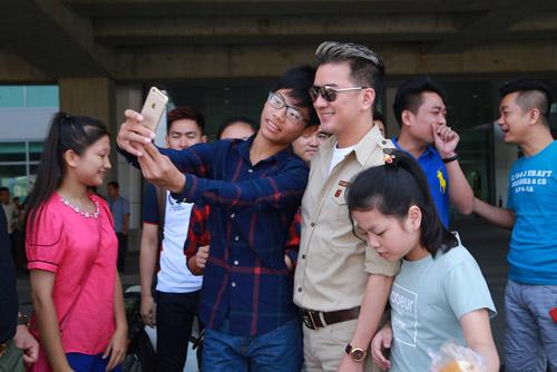 Hồ Ngọc Hà được fan chào đón ở sân bay Vinh - 4