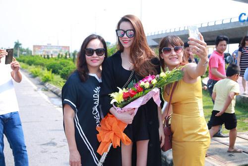 Hồ Ngọc Hà được fan chào đón ở sân bay Vinh - 5