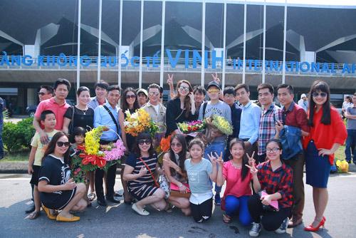Hồ Ngọc Hà được fan chào đón ở sân bay Vinh - 7