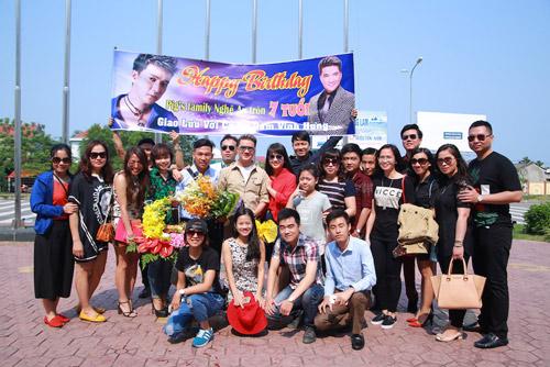 Hồ Ngọc Hà được fan chào đón ở sân bay Vinh - 8
