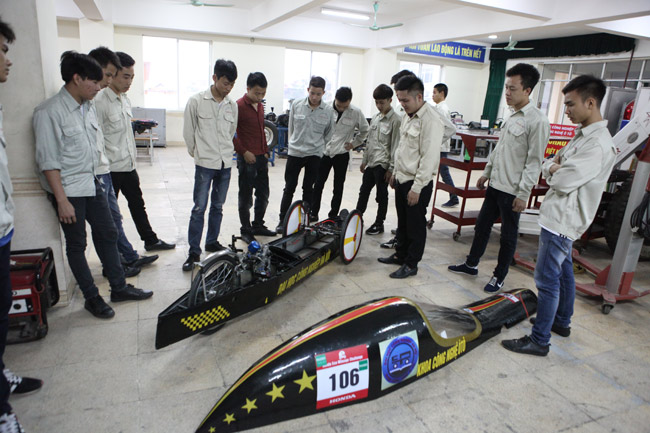 SV Việt chế chiếc xe chạy 3.000km chỉ với… 1 lít xăng - 2