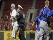 Thể thao - Yêu và liều: Bị bắt giam vì vào sân... ăn mừng
