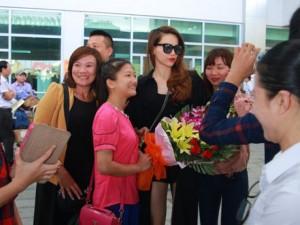 Hồ Ngọc Hà được fan chào đón ở sân bay Vinh
